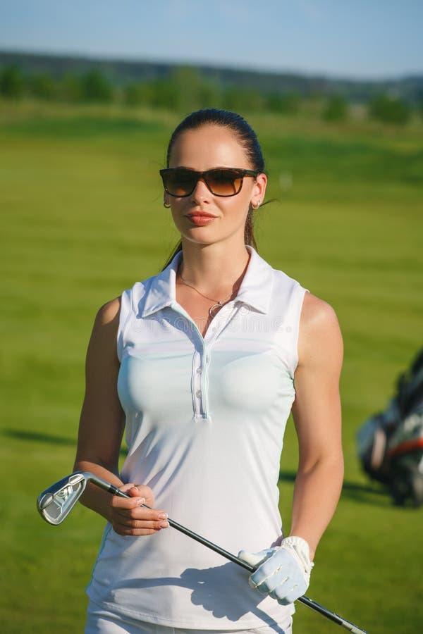 Mujeres jovenes y hombres que juegan a golf fotografía de archivo libre de regalías