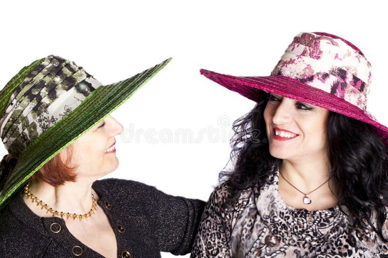 Mujeres jovenes y mayores con el sombrero imagen de archivo libre de regalías