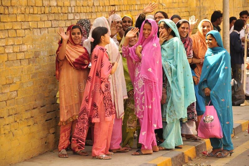Mujeres, la India y Paquistán coloridos y felices fotografía de archivo