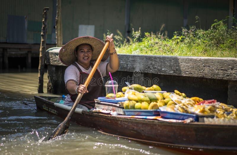Mujeres locales que venden el plátano frito en los barcos En abril de 2017 imagen de archivo libre de regalías
