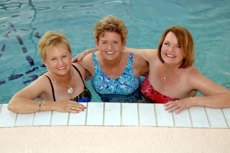 Mujeres mayores en la piscina fotos de archivo
