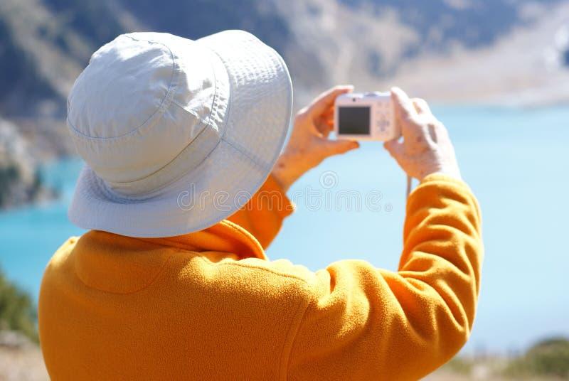 Mujeres mayores en montaña imagen de archivo libre de regalías