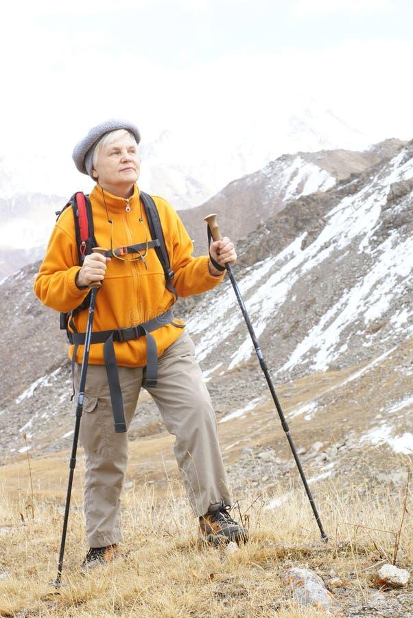 Mujeres mayores en montaña fotografía de archivo libre de regalías