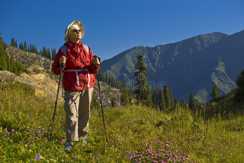 Mujeres mayores en montaña fotos de archivo libres de regalías