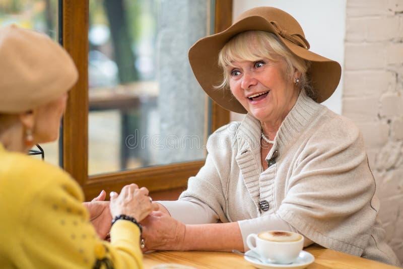 Mujeres mayores en un café imagenes de archivo