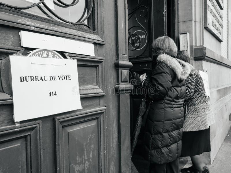 Mujeres mayores francesas que van a votar el colegio electoral bureau de vote imagen de archivo