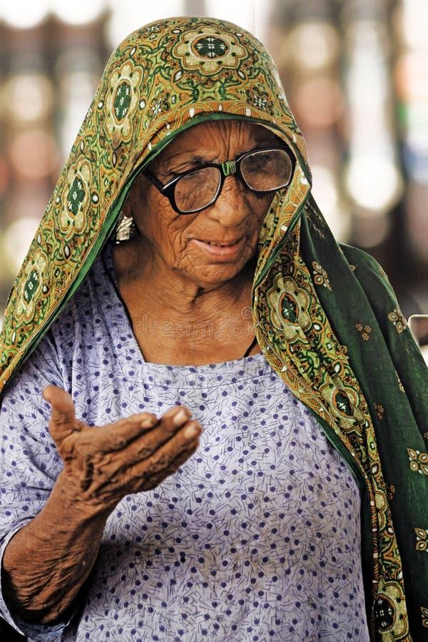 Mujeres mayores, mendigo en el ferrocarril en Hayderabad fotografía de archivo libre de regalías