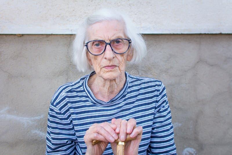 Mujeres mayores que apoyan en un bastón que camina imágenes de archivo libres de regalías