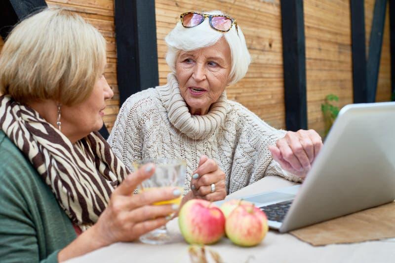Mujeres mayores que usan el ordenador portátil fotografía de archivo libre de regalías