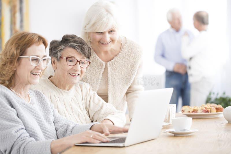Mujeres mayores sonrientes que usan el ordenador portátil fotos de archivo libres de regalías