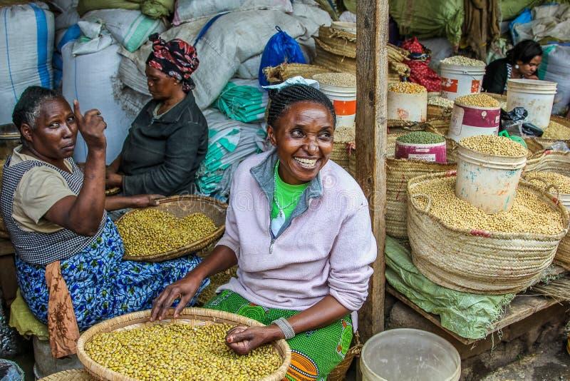 Mujeres mayores sonrientes que venden las especias en su parada fotos de archivo