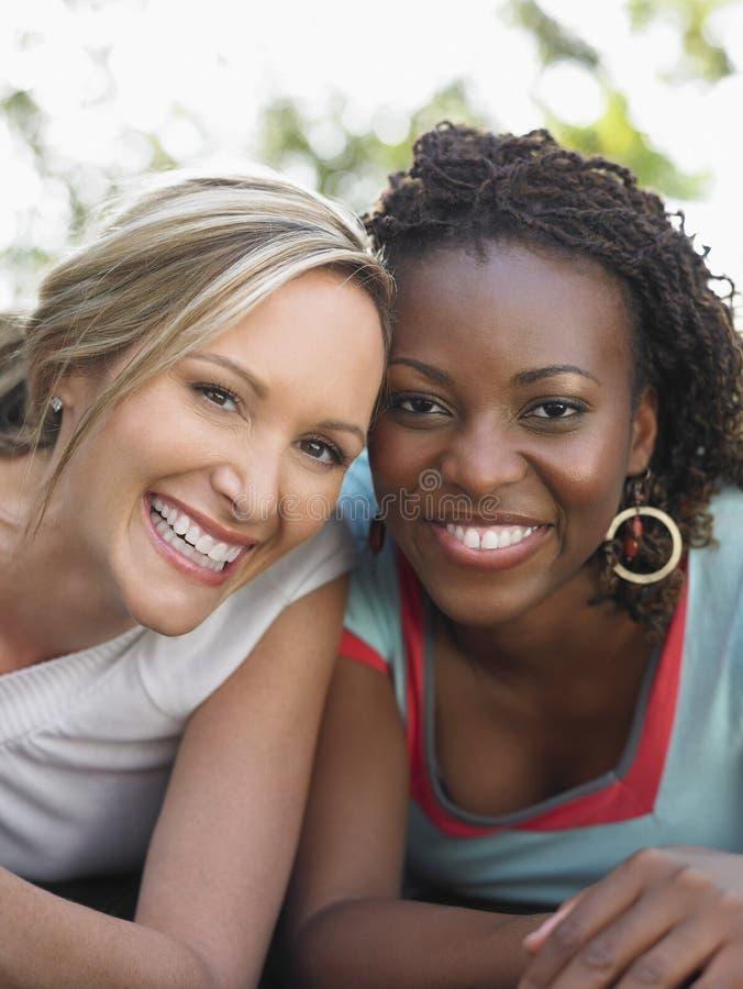 Mujeres multiétnicas que ríen al aire libre fotos de archivo libres de regalías