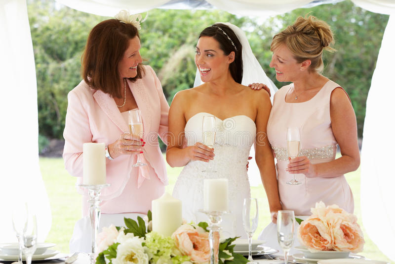 Mujeres multi de la generación en la boda fotografía de archivo