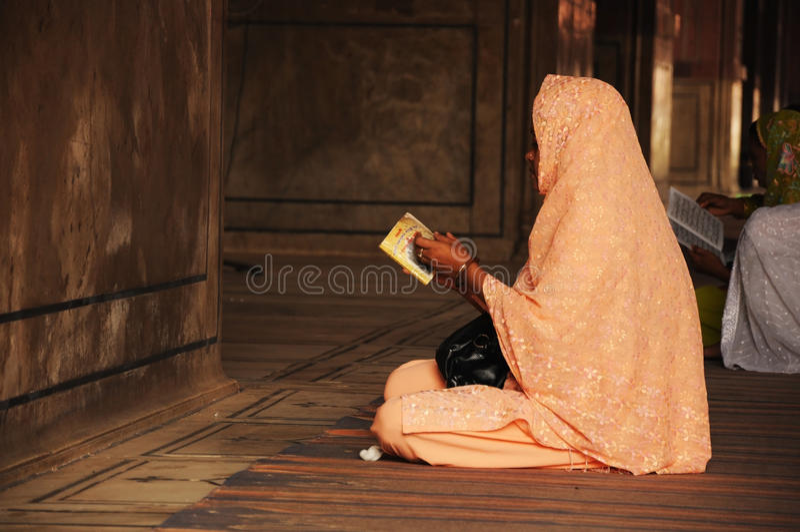 Mujeres musulmanes en la mezquita Jammu Masjid, Delhi, la India imágenes de archivo libres de regalías