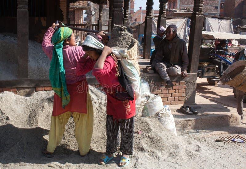 Mujeres nepalesas que trabajan difícilmente en construcción de carreteras imagenes de archivo
