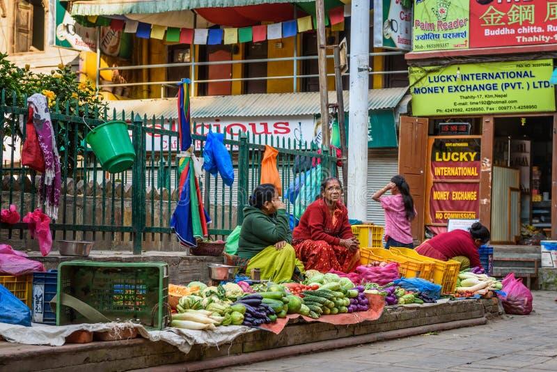 Mujeres nepalesas que venden verduras en Katmandu, Nepal imagenes de archivo