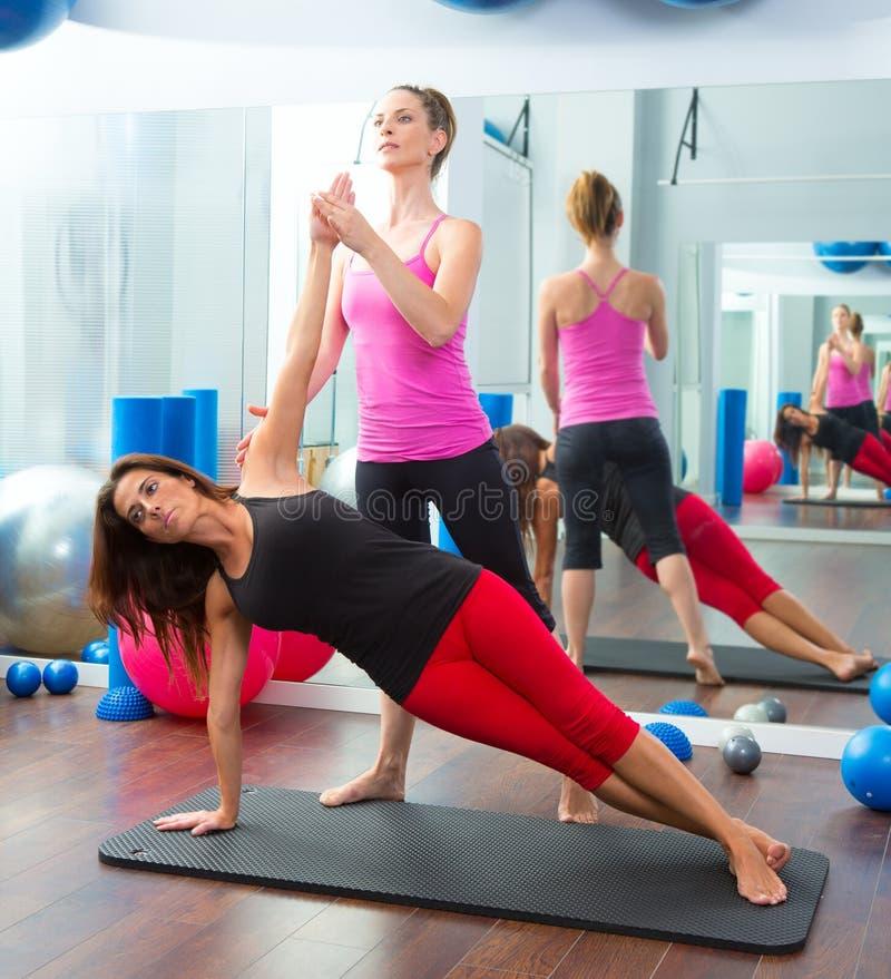 Mujeres personales aerobias del instructor del amaestrador de Pilates fotos de archivo