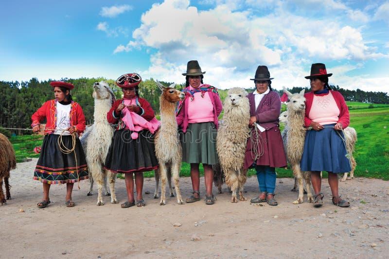Mujeres peruanas en alineadas tradicionales imagenes de archivo