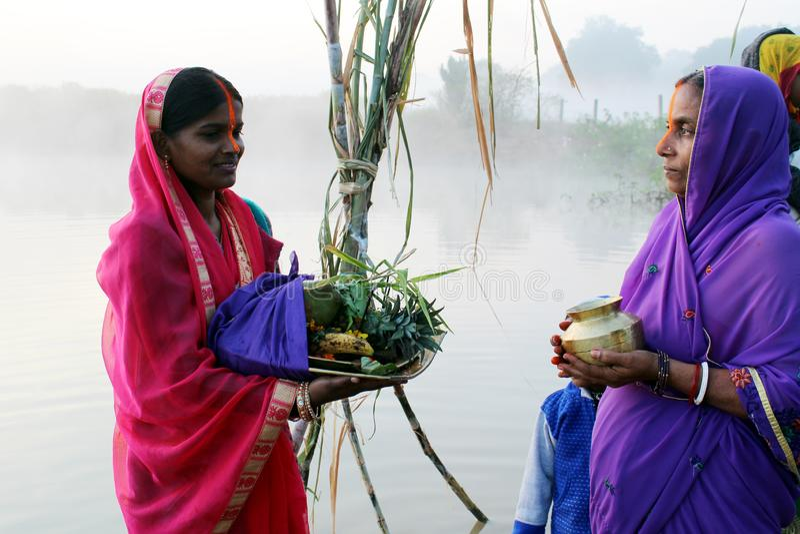 Mujeres por mañana en Chhath Puja imágenes de archivo libres de regalías