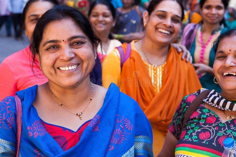 Mujeres positivas y alegres coloridas en la India del sur imagenes de archivo