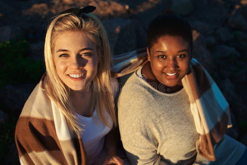Mujeres preciosas debajo de la manta en partido imágenes de archivo libres de regalías