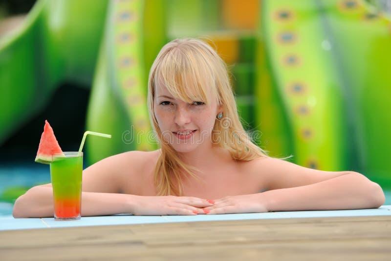 Mujeres que beben el cóctel en piscina fotos de archivo libres de regalías