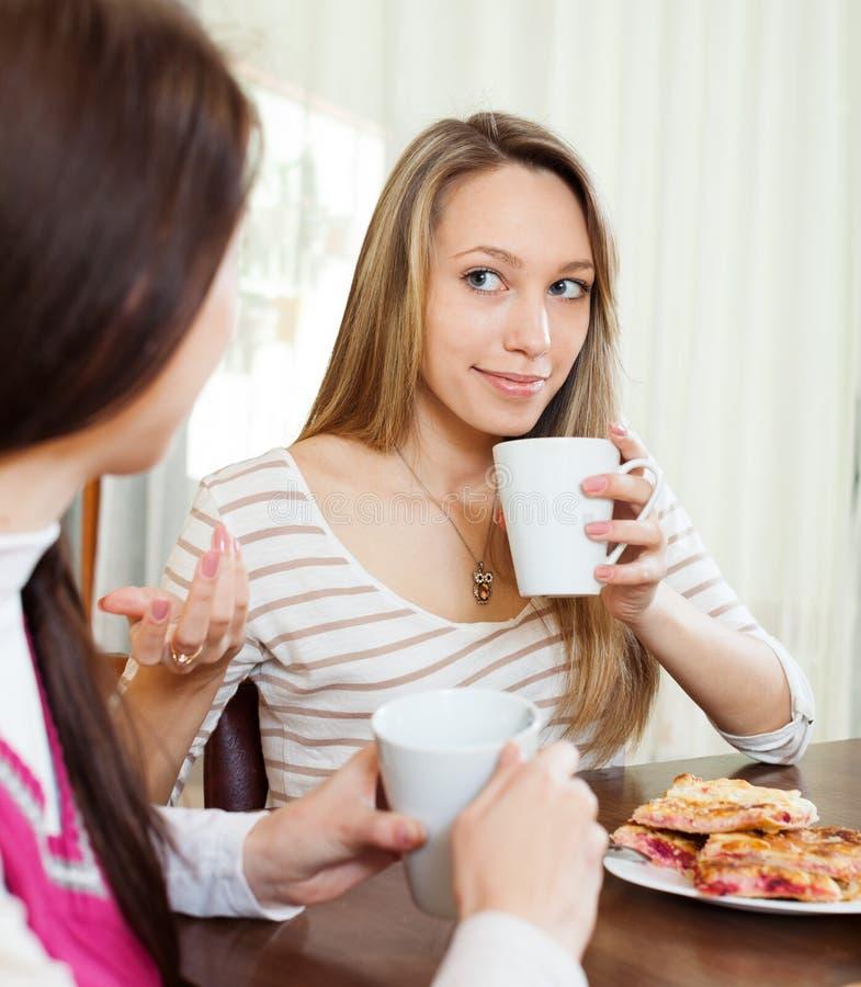 Mujeres que beben té con las galletas fotos de archivo libres de regalías