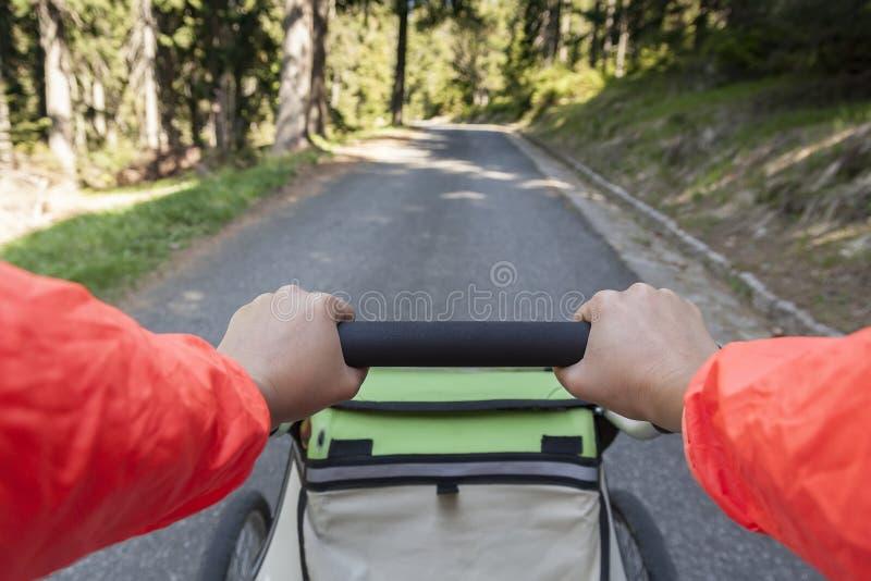 Mujeres que caminan al aire libre con el cochecito que activa del niño imagen de archivo