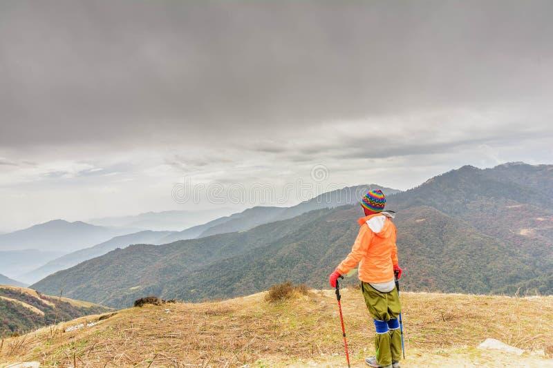 Mujeres que caminan en el bosque en Nepal imagenes de archivo