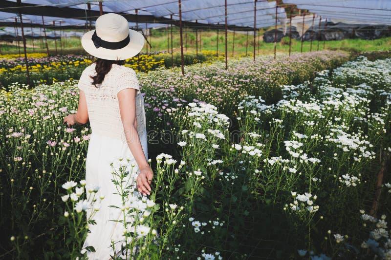 Mujeres que caminan en el jardín de flores fotografía de archivo