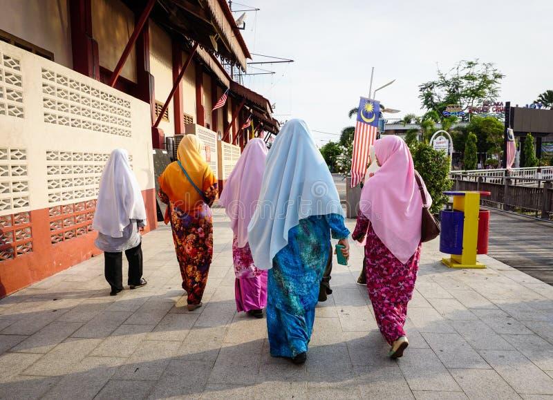 Mujeres que caminan en la calle en Meleka, Malasia fotos de archivo
