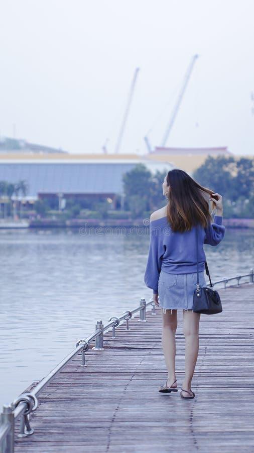 Mujeres que caminan en los puentes de madera fotos de archivo