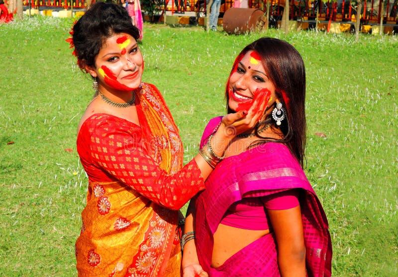 Mujeres que celebran el festival colorido de Holi fotos de archivo libres de regalías