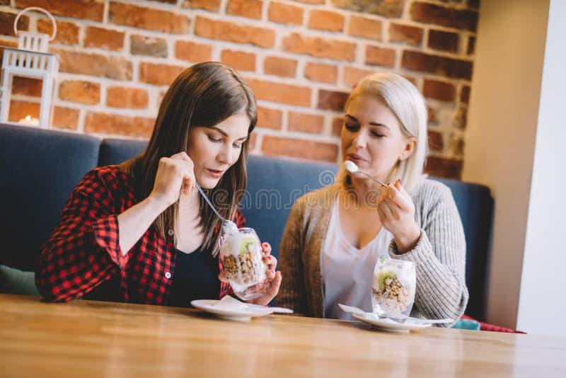 Mujeres que comen el postre sano en un restaurante foto de archivo libre de regalías