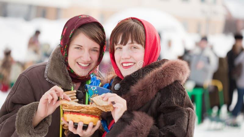 Mujeres que comen la crepe durante Shrovetide imágenes de archivo libres de regalías