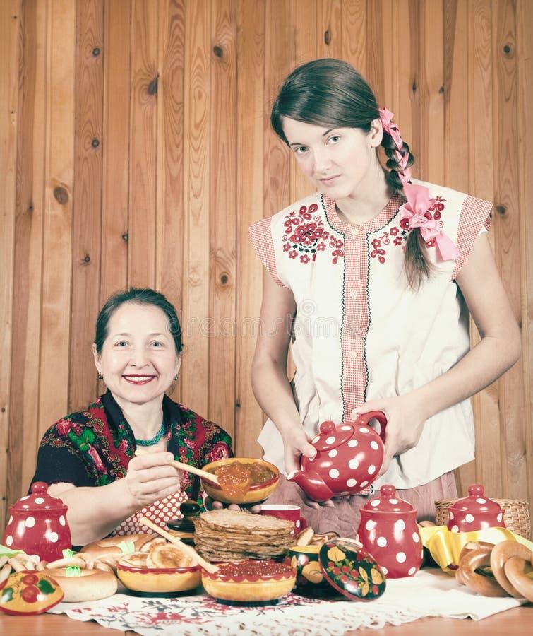 Mujeres que comen la crepe durante Shrovetide imagen de archivo libre de regalías