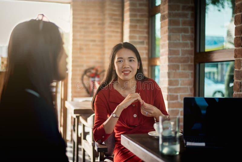 Mujeres que comen un caf? en la barra imagen de archivo