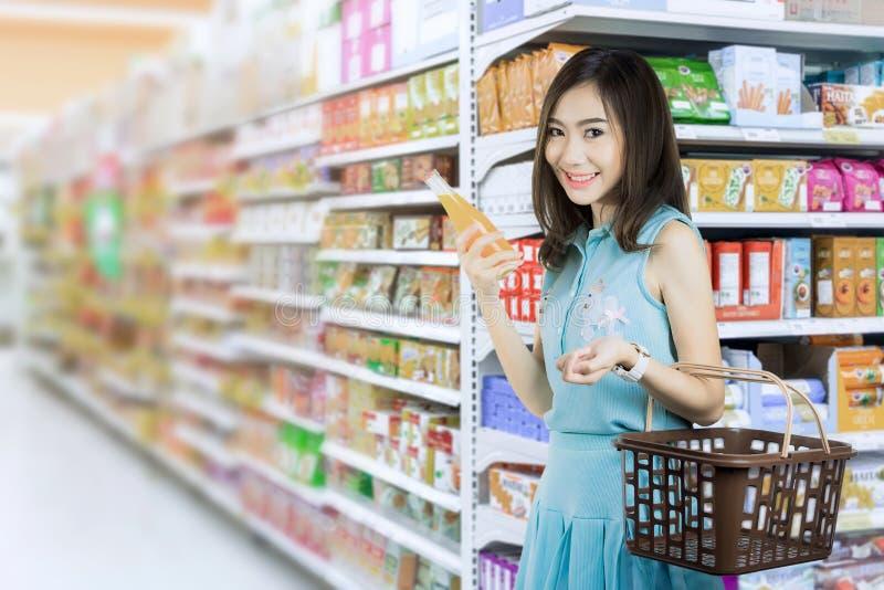 Mujeres que compran jugo imagen de archivo