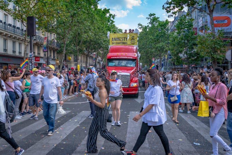 Mujeres que cruzan la calle en la París 2018 Gay Pride fotografía de archivo