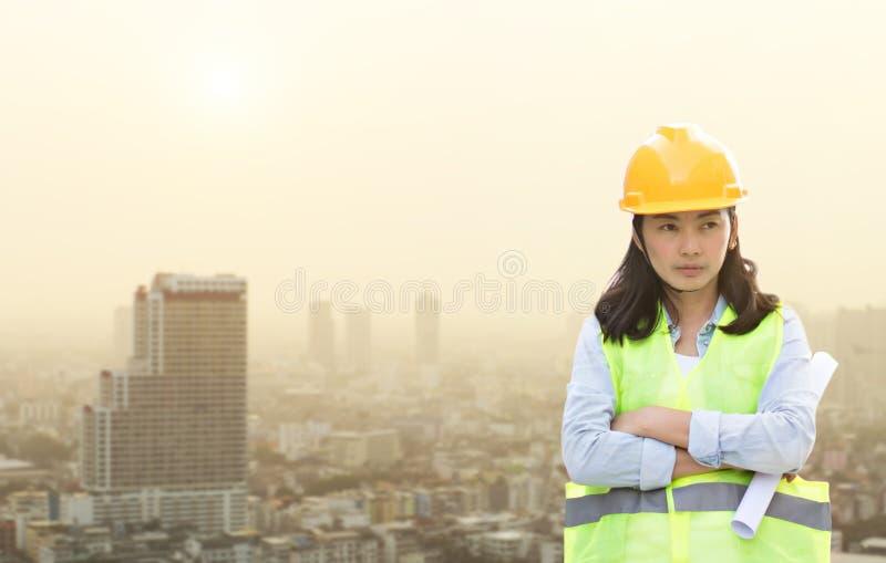 Mujeres que dirigen el casco que lleva y el trabajo imagen de archivo