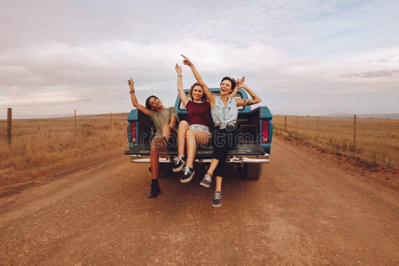 Mujeres que disfrutan del paseo de la camioneta pickup fotos de archivo
