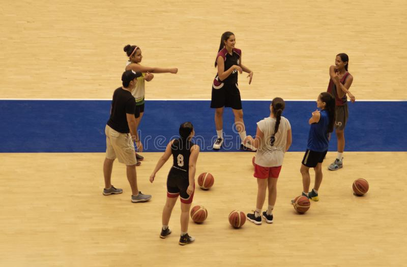 Mujeres que entrenan a baloncesto en coliseo fotografía de archivo