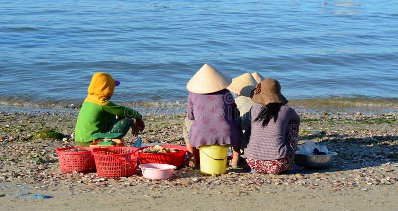 Mujeres que esperan en el pueblo pesquero en Phan Thiet, Vietnam foto de archivo libre de regalías