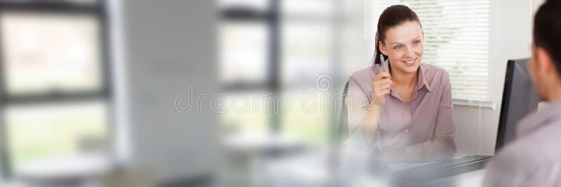Mujeres que firman el acuerdo de papel con la transición de las ventanas imagenes de archivo