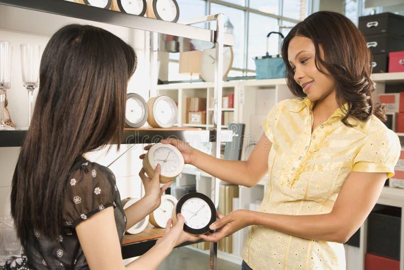 Mujeres que hacen compras en almacén. imagen de archivo libre de regalías