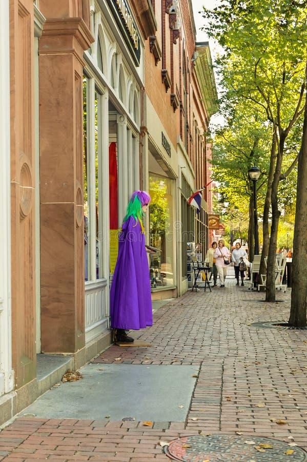 Mujeres que hacen compras en la calle de Salem imágenes de archivo libres de regalías
