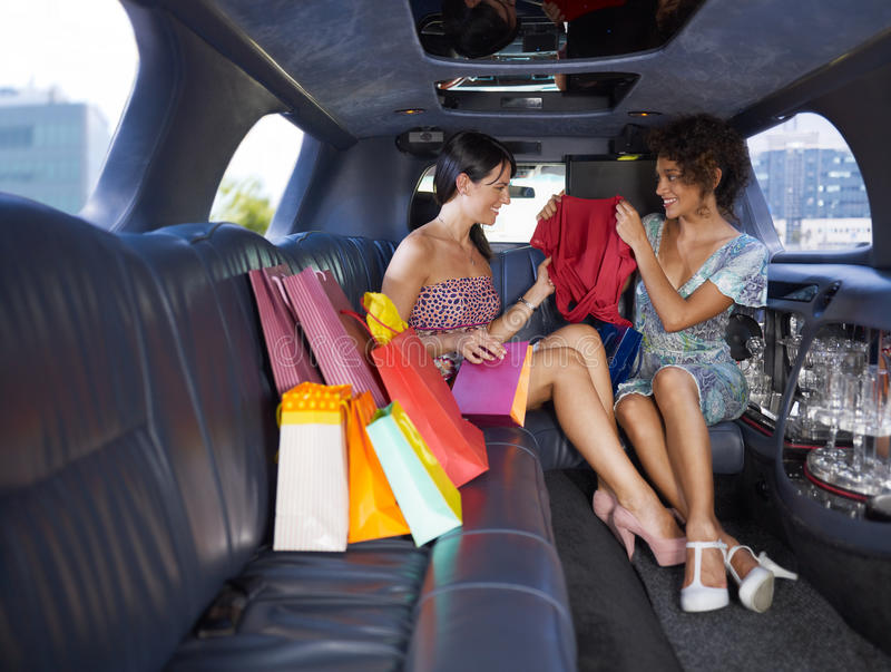 Mujeres que hacen compras en limusina imágenes de archivo libres de regalías