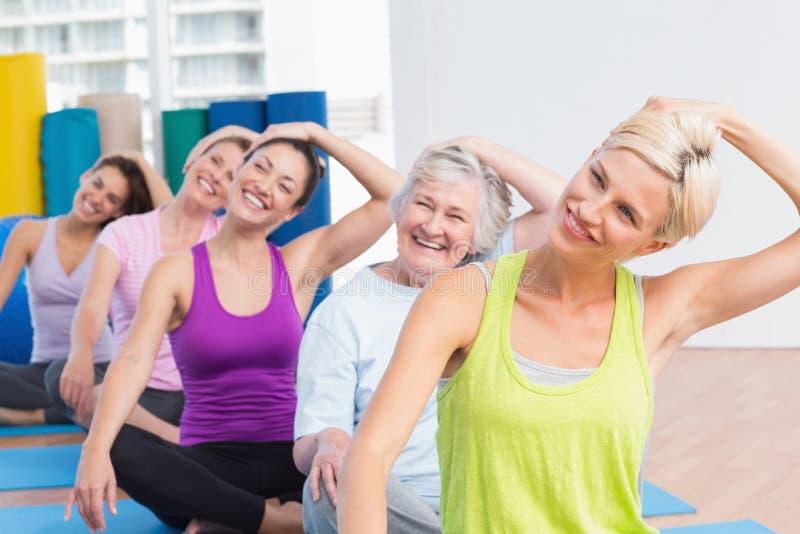 Mujeres que hacen ejercicio de cuello en el club de fitness fotografía de archivo libre de regalías