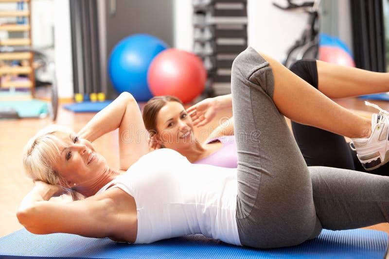 Mujeres que hacen estirando ejercicios imagenes de archivo