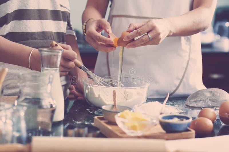 Mujeres que hacen la pasta para la torta fotos de archivo libres de regalías